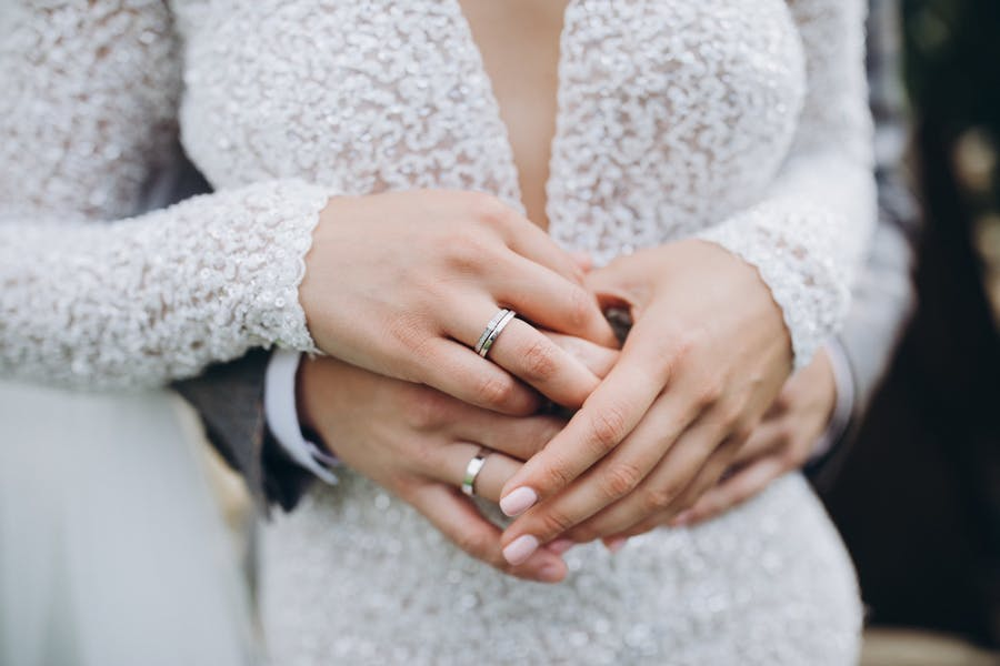 Should married couples wear wedding rings?
